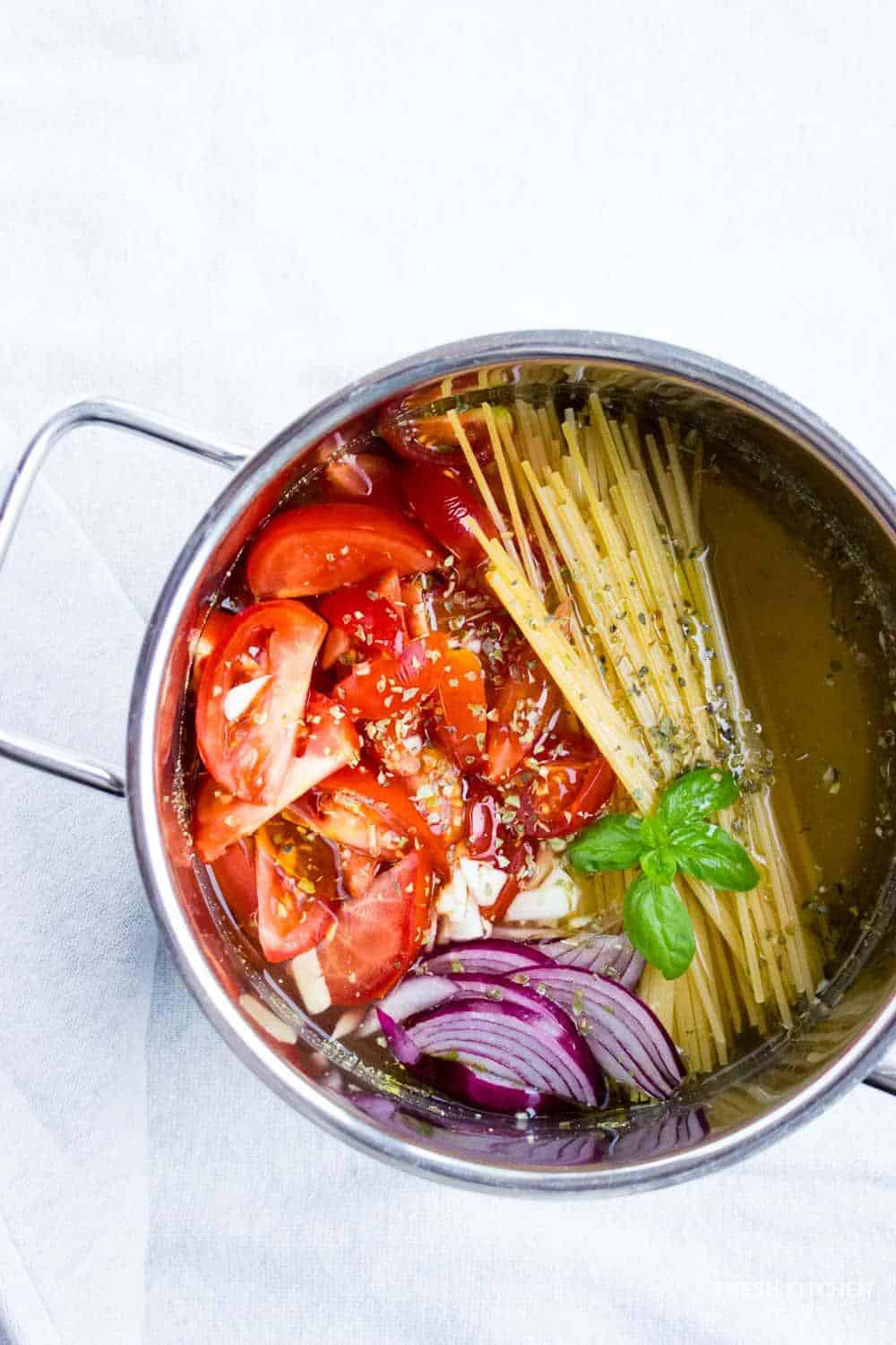 ONE POT PASTA with spaghetti, onions and tomatoes