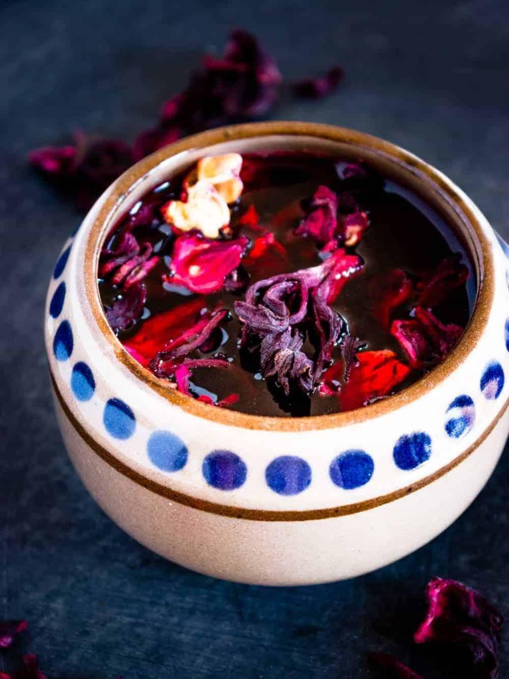 Agua de Jamaica mit Hibiskusblüten in einem authentisch mexikanischen becher