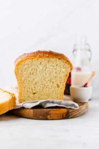 Butter Brioche Brot serviert auf einem Holzbrett
