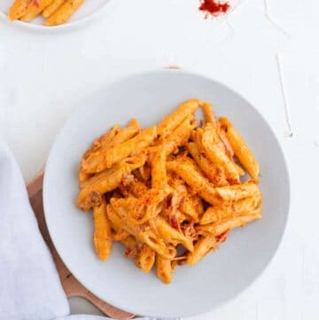 creamy vegan pasta sauce made with cashew and sun-dried tomatoes