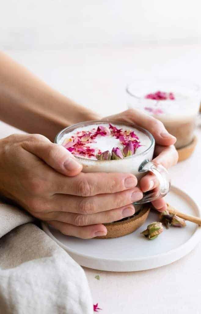 schwarzer tee mit milch und rosenwasser