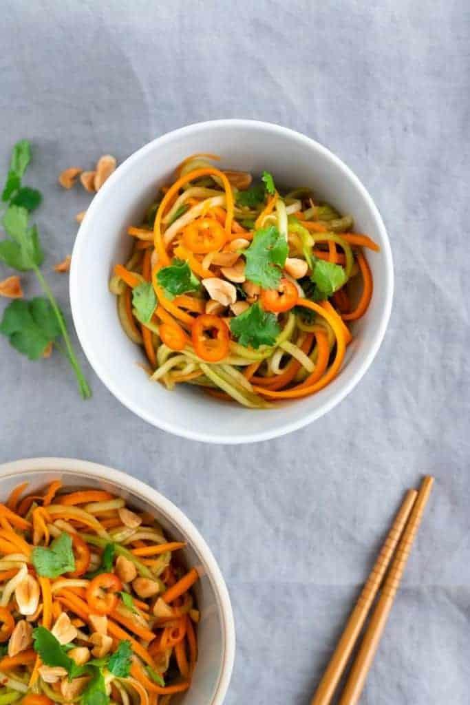 asiatischer gurkensalat mit karotten und erdnüssen