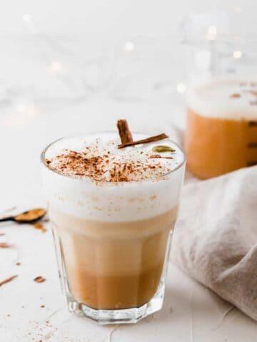 chai tee latte in einem glas auf weissem hintergrund