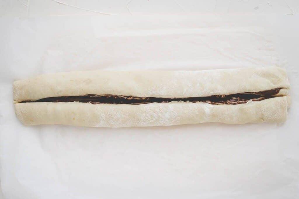 aufgerollter nutella zopf mit schnitt durch die mitte