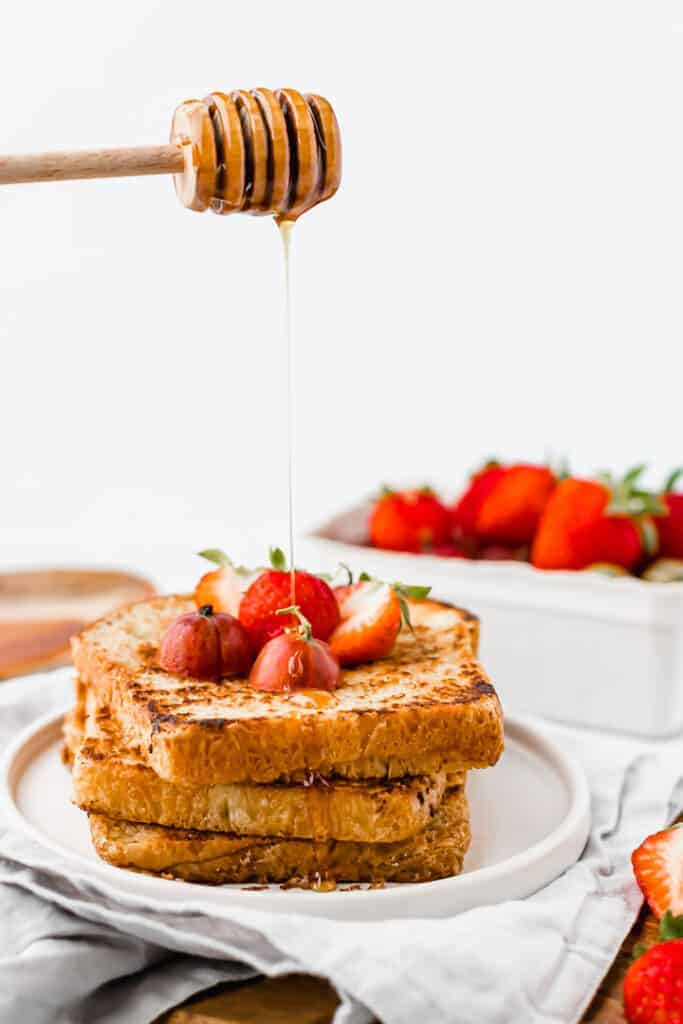 vegan french toast recipe with drizzling maple sirup