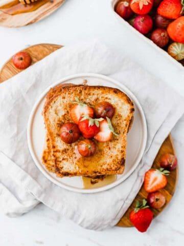 vegan french toast serviert mit frischen beeren