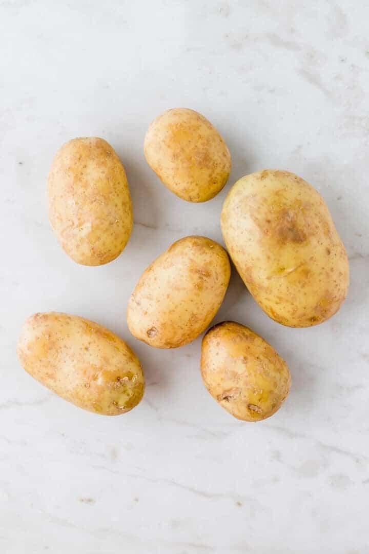 kartoffeln auf einem weissen marmortisch
