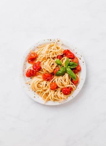 spaghetti mit ofentomaten und basilikum