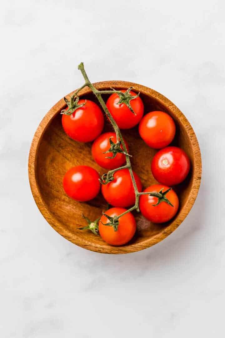 cherrytomaten in einer kleinen holzschale