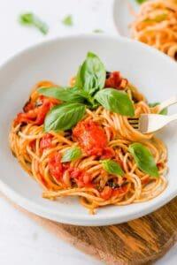 spaghetti pomodoro serviert mit frischem basilikum