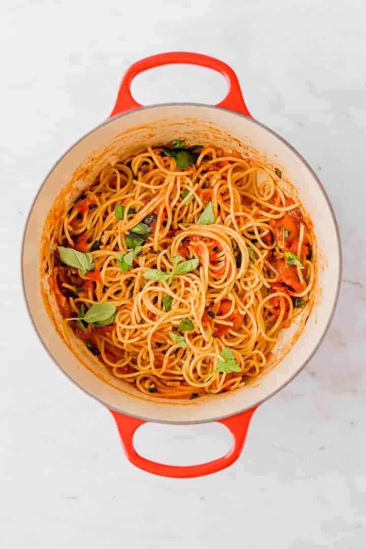 pomodoro sauce in einem roten topf mit spaghetti