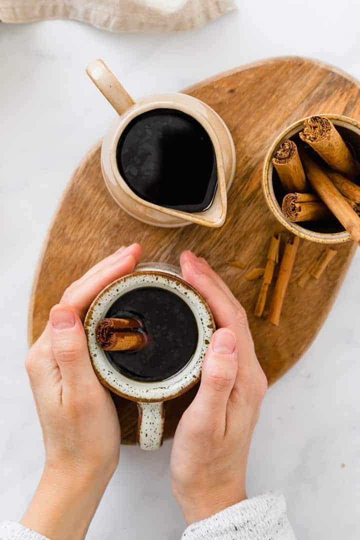 cafe de olla serviert in braunen tassen