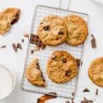 vegane erdnussbutter kekse mit schokolade auf einem silbernen gitter