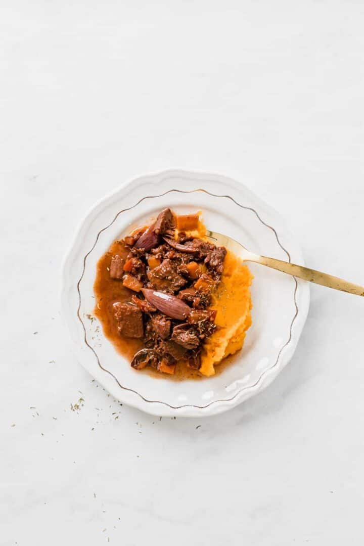 jackfruit gulasch serviert mit Süßkartoffelpüree