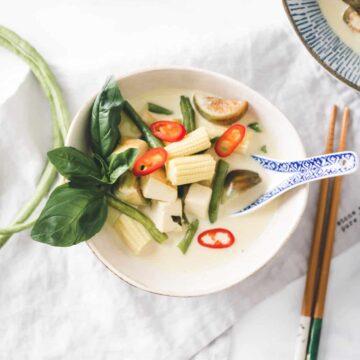 grünes thai curry mit gemüse und tofu in einer schale