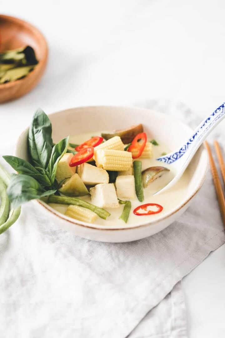 grünes curry mit tofu in einer kleinen schale