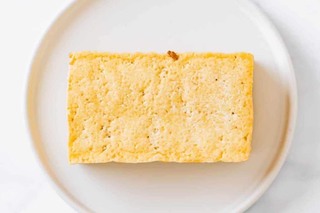 frittierter tofu auf einem weissen teller