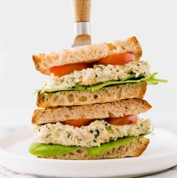 veganes sandwich mit veganem thunfisch
