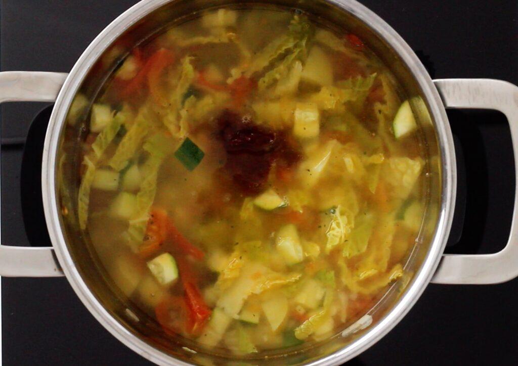 suppe mit chipotle gewürzt in einem topf