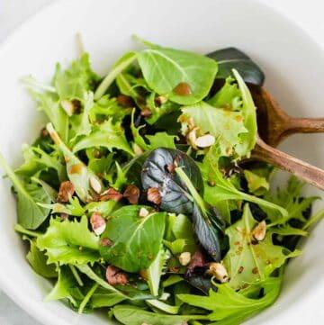 einfacher grüner salat in einer weissen schüssel