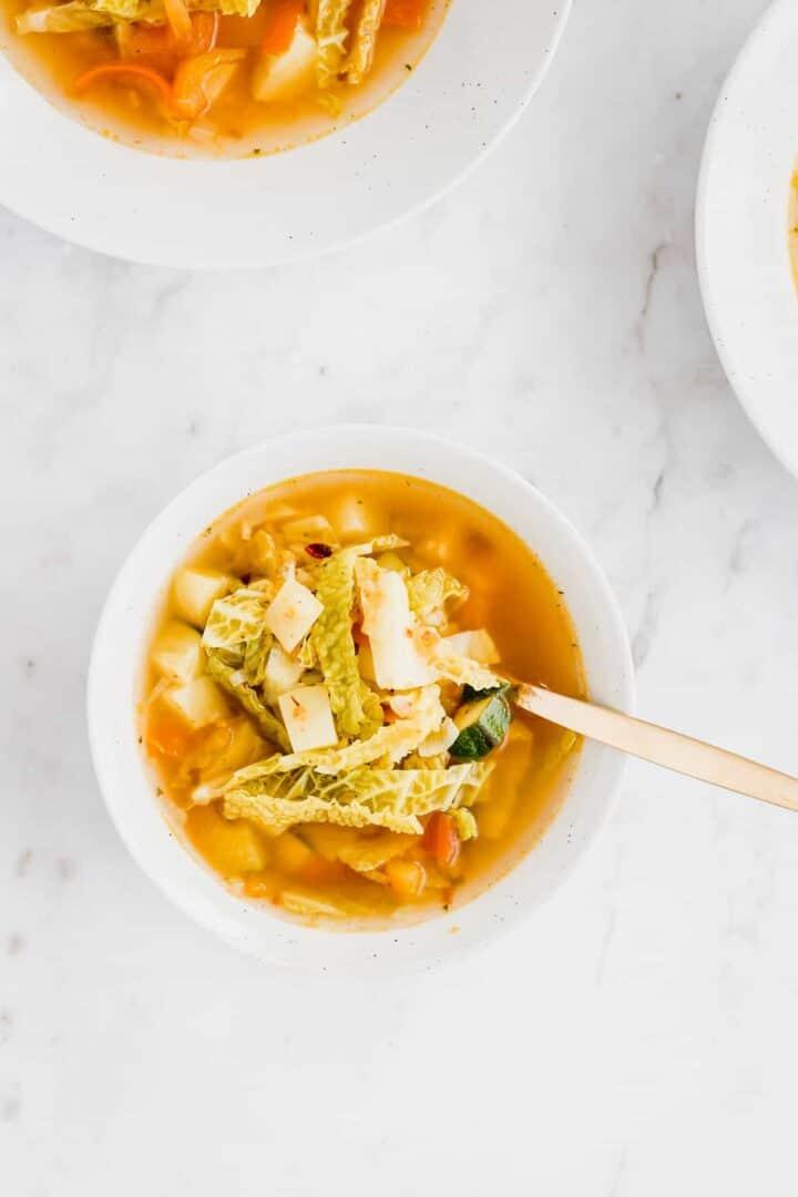 einfache gemüsesuppe mit kartoffeln in tellern serviert