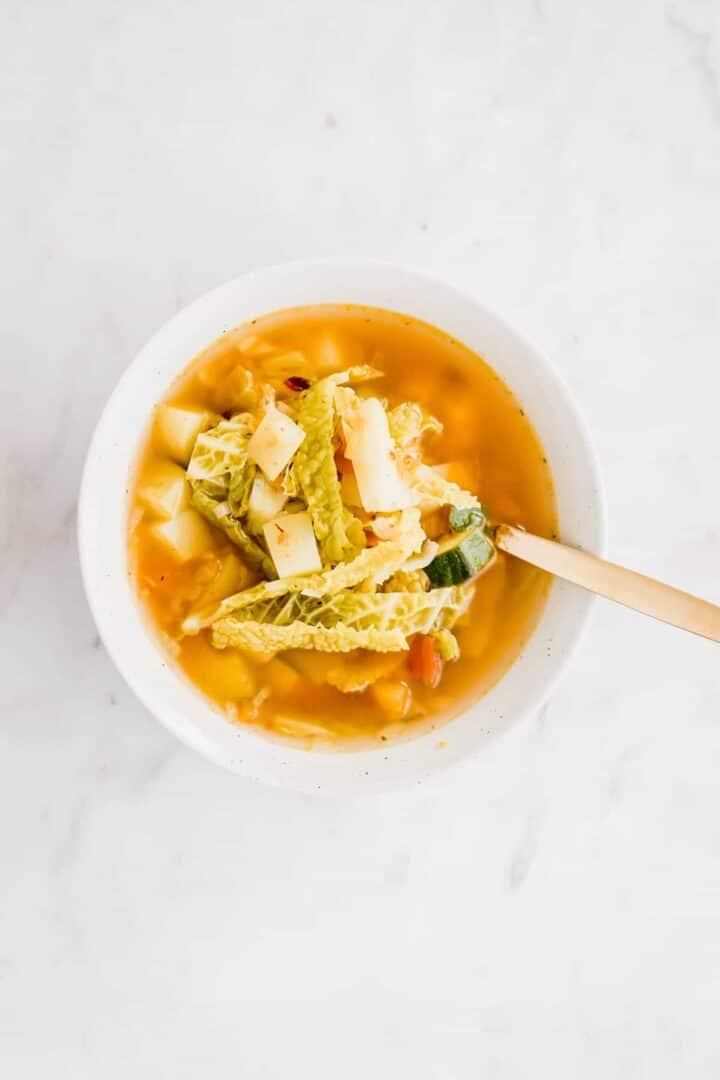 gemüsesuppe in einer schüssel serviert