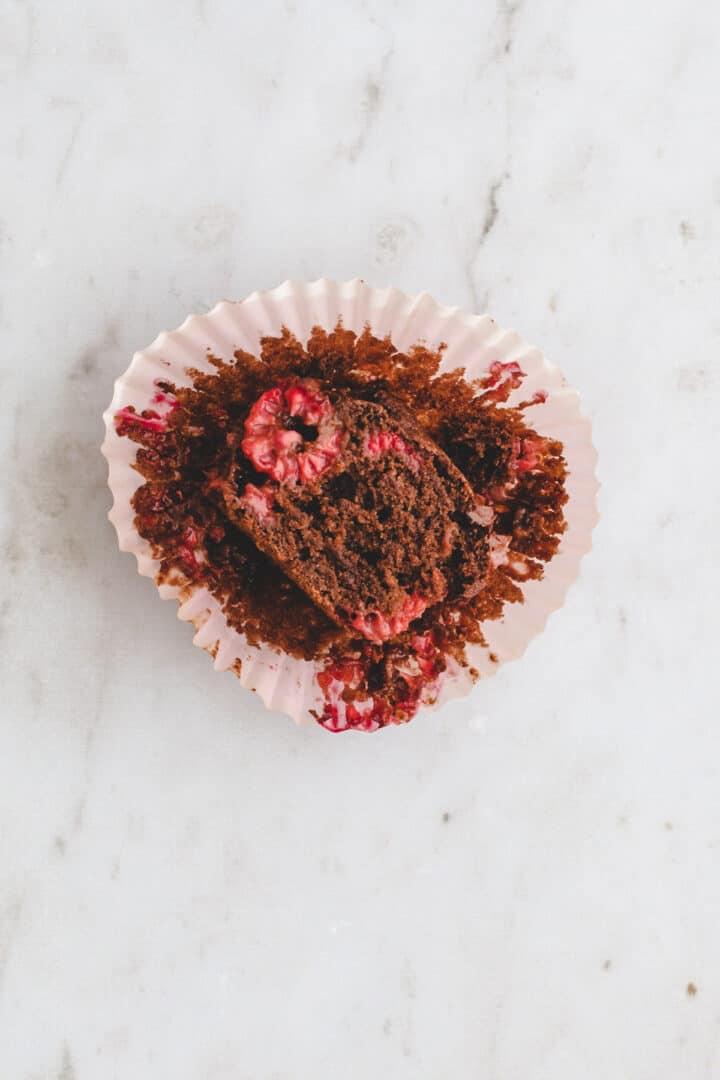 schoko himbeer muffin in einem papierförmchen