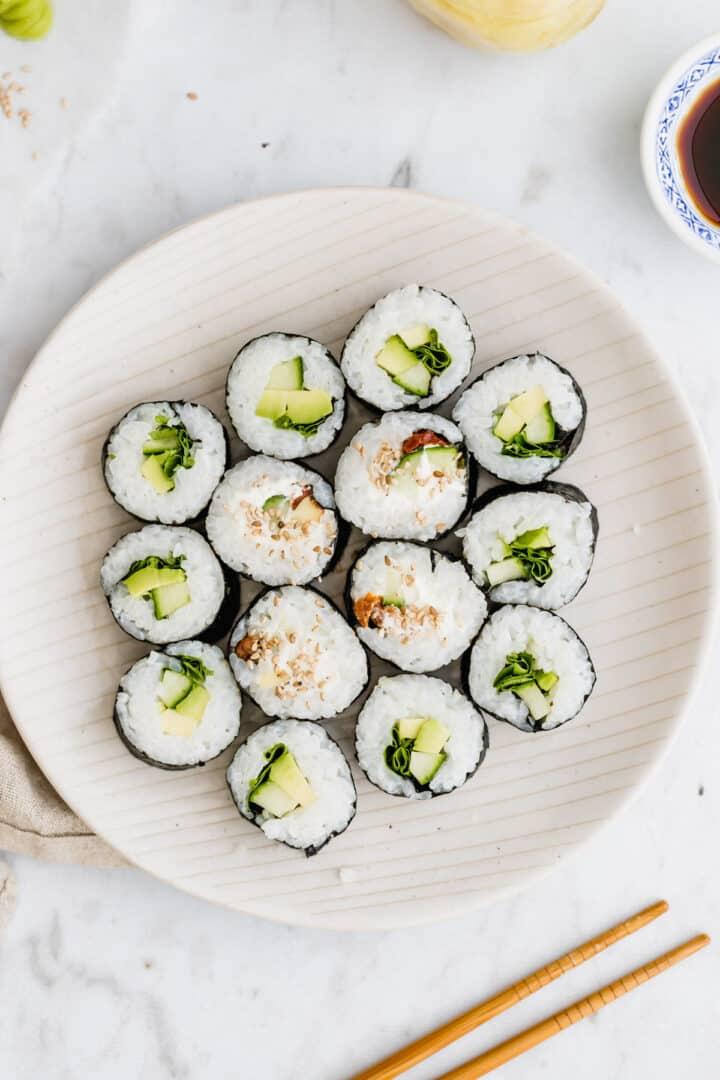 selbstgemachtes veganes sushi auf einem teller