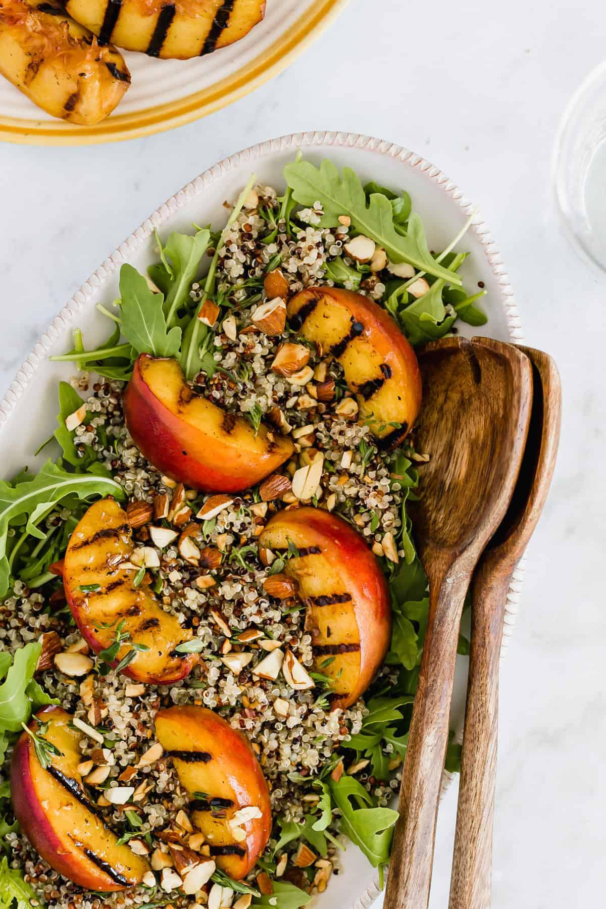 Sommersalat mit gegrilltem Pfirsich, Quinoa, und Rucola