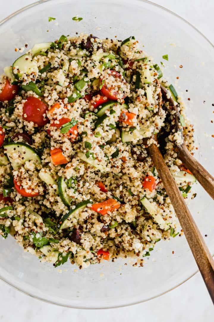 quinoa sommer salat in einer schüssel