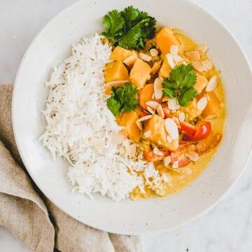 kürbis curry mit kokosmilch und gemüse in einem teller