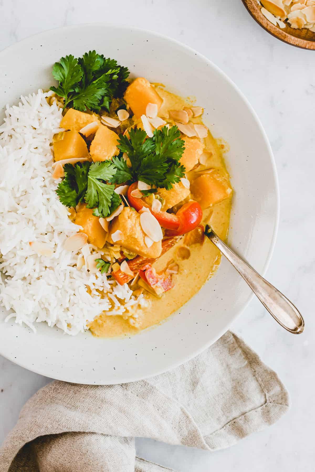 butternut curry in einem teller mit basmati reis