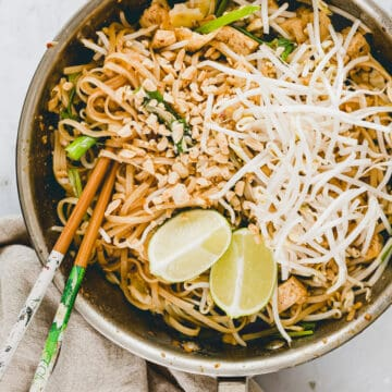 vegetarisches pad thai in einer pfanne mit stäbchen