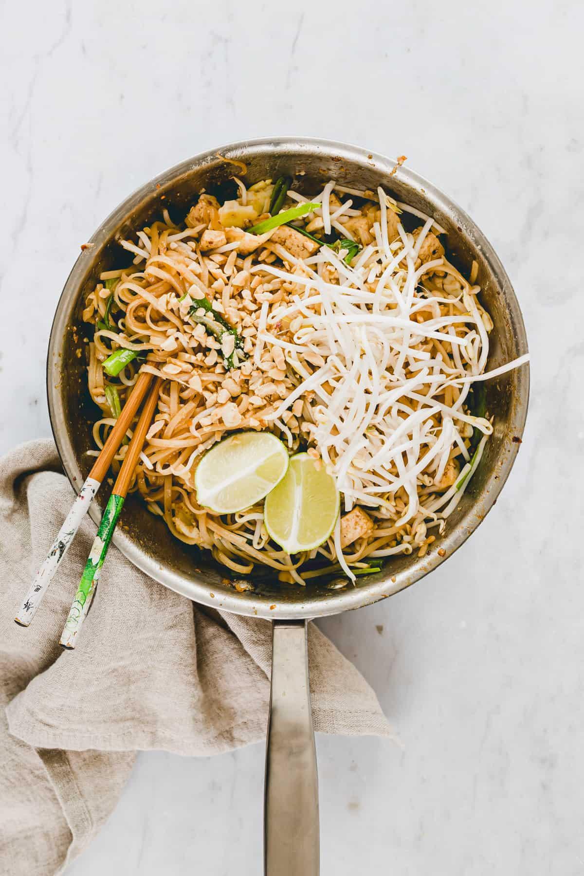 pad thai vegetarisch in einer pfanne mit sojasprossen und erdnüssen