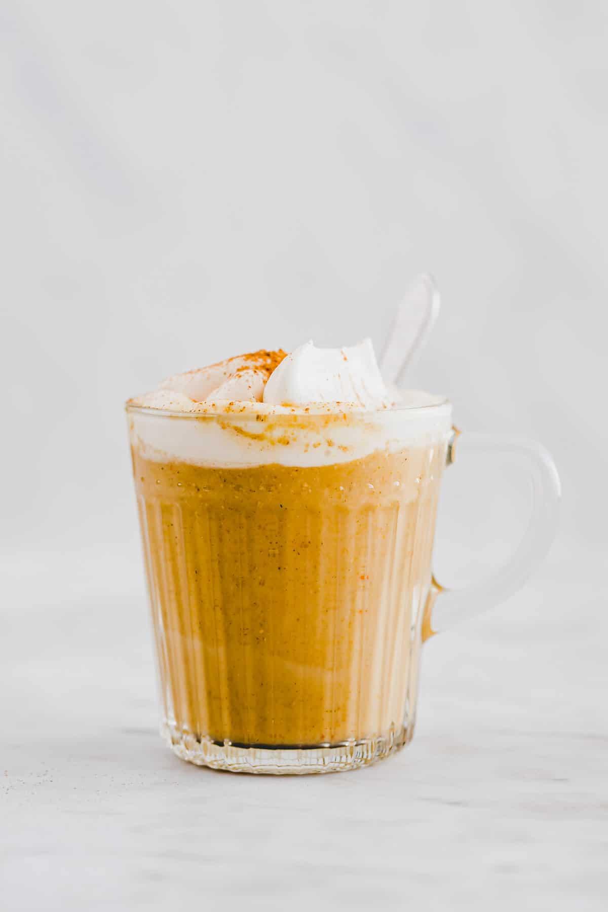 vegan pumpkin spice latte in a mug