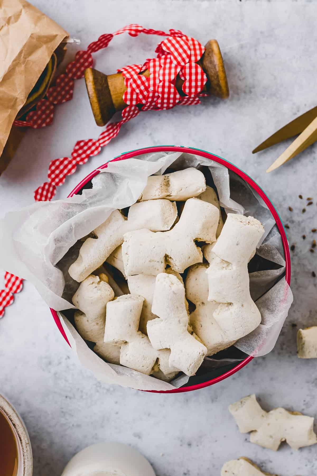 schweizer anis guetzli in einer keksdose