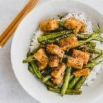 Asiatisch gebratener Tofu mit grünen Bohnen auf Reis