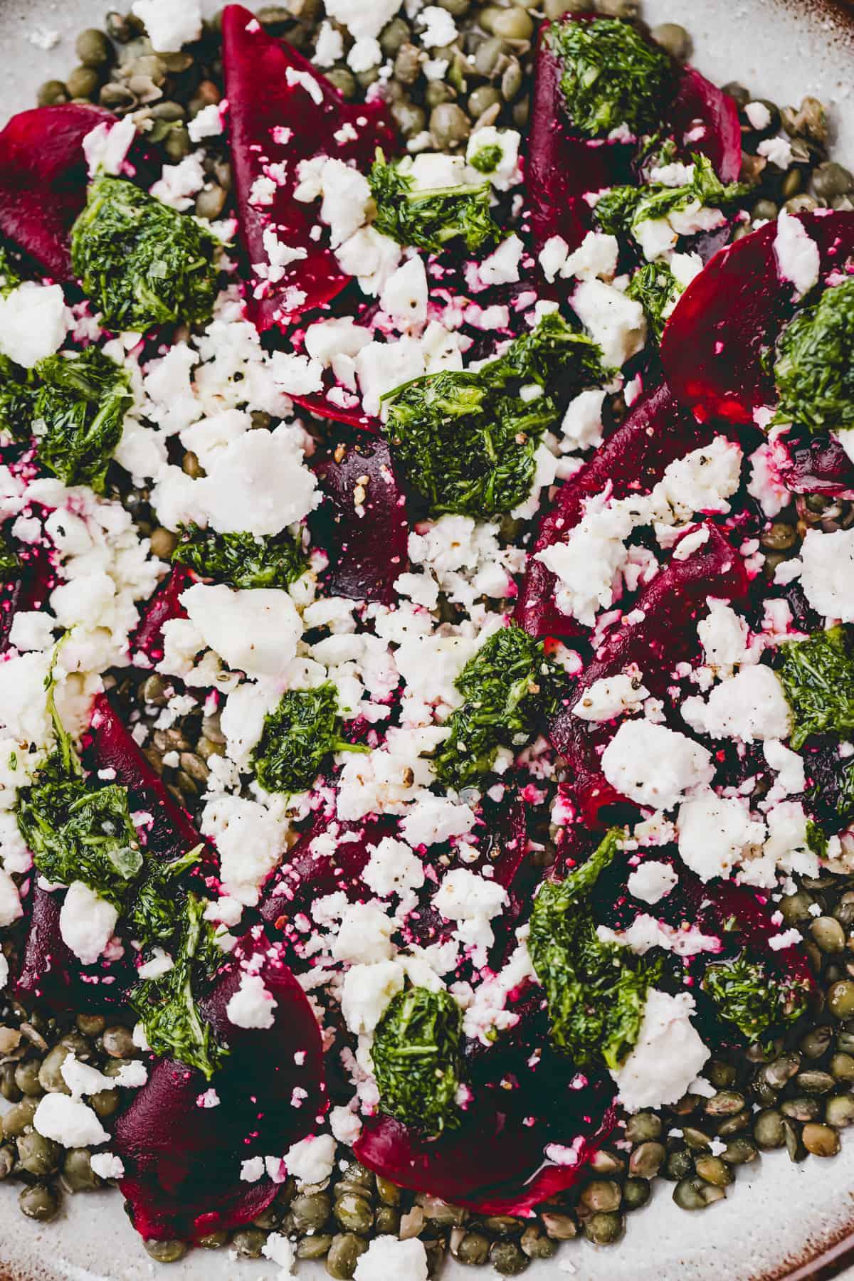 nahmaufnahme von linsensalat mit feta und roter bete