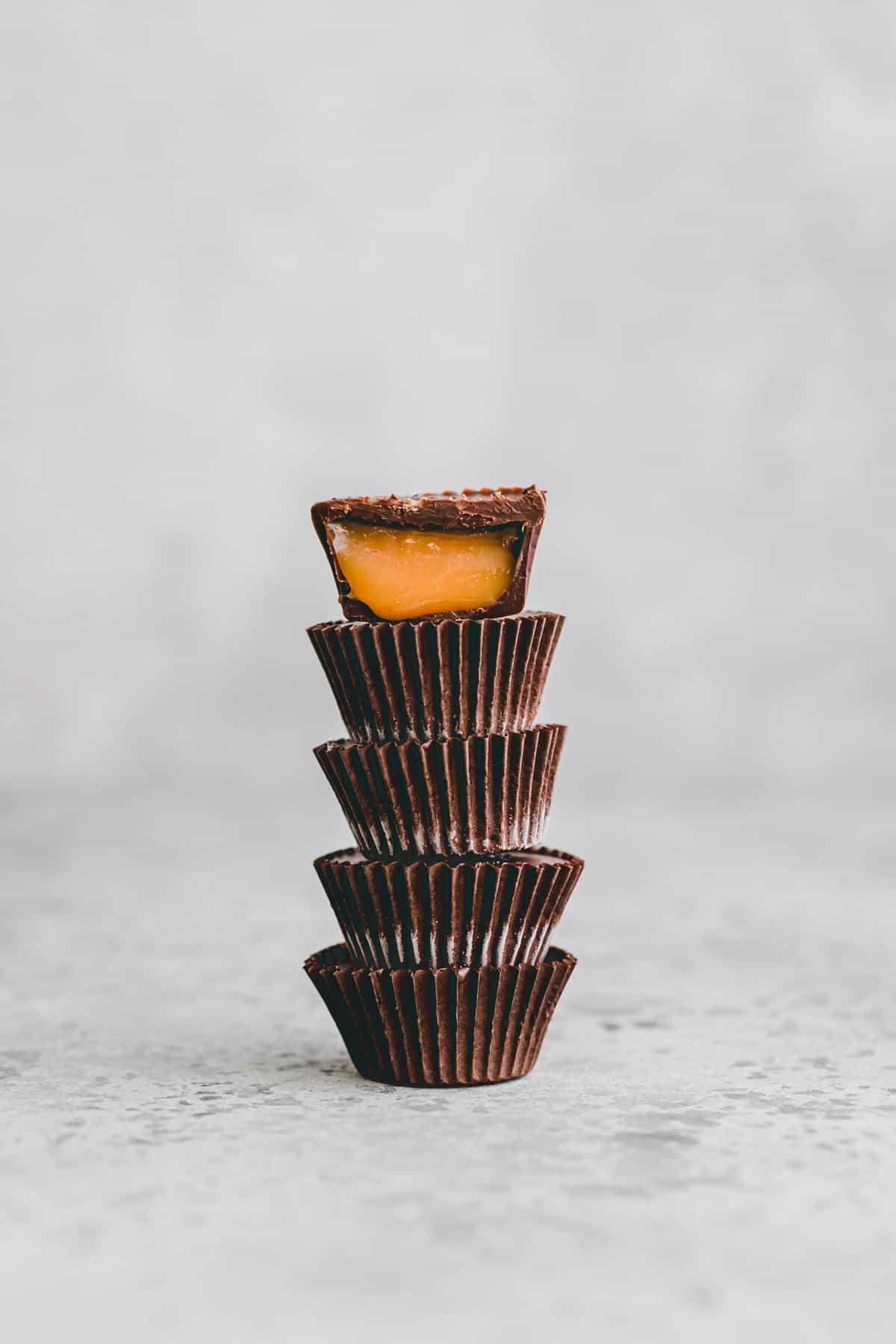 gestapelte karamell schokolade pralinen