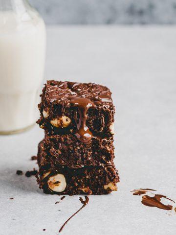 gesunde brownies neben einer glasflasche hafermilch
