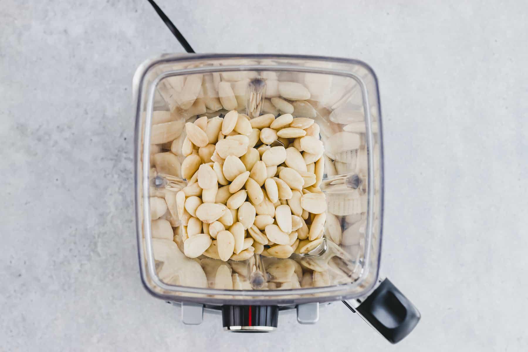blanchierte mandeln in einem mixer
