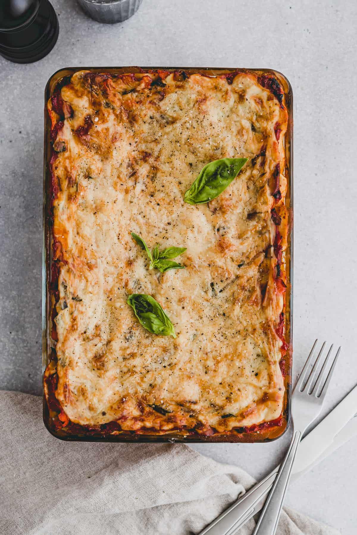 vegetarische lasagne mit basilikum in einer auflaufform