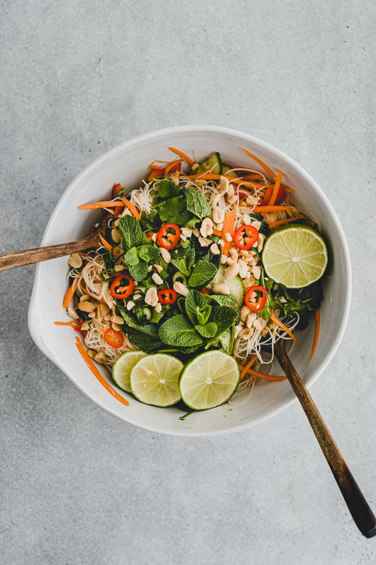 Asiatischer Reisnudelsalat in einer schüssel