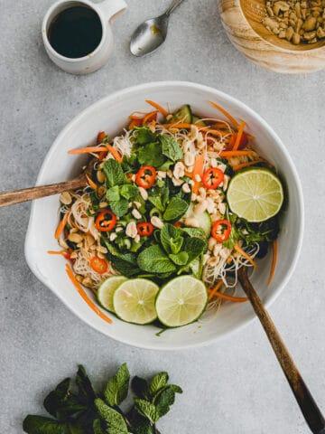 vietnamesischer salat mit gemüse und reisnudeln