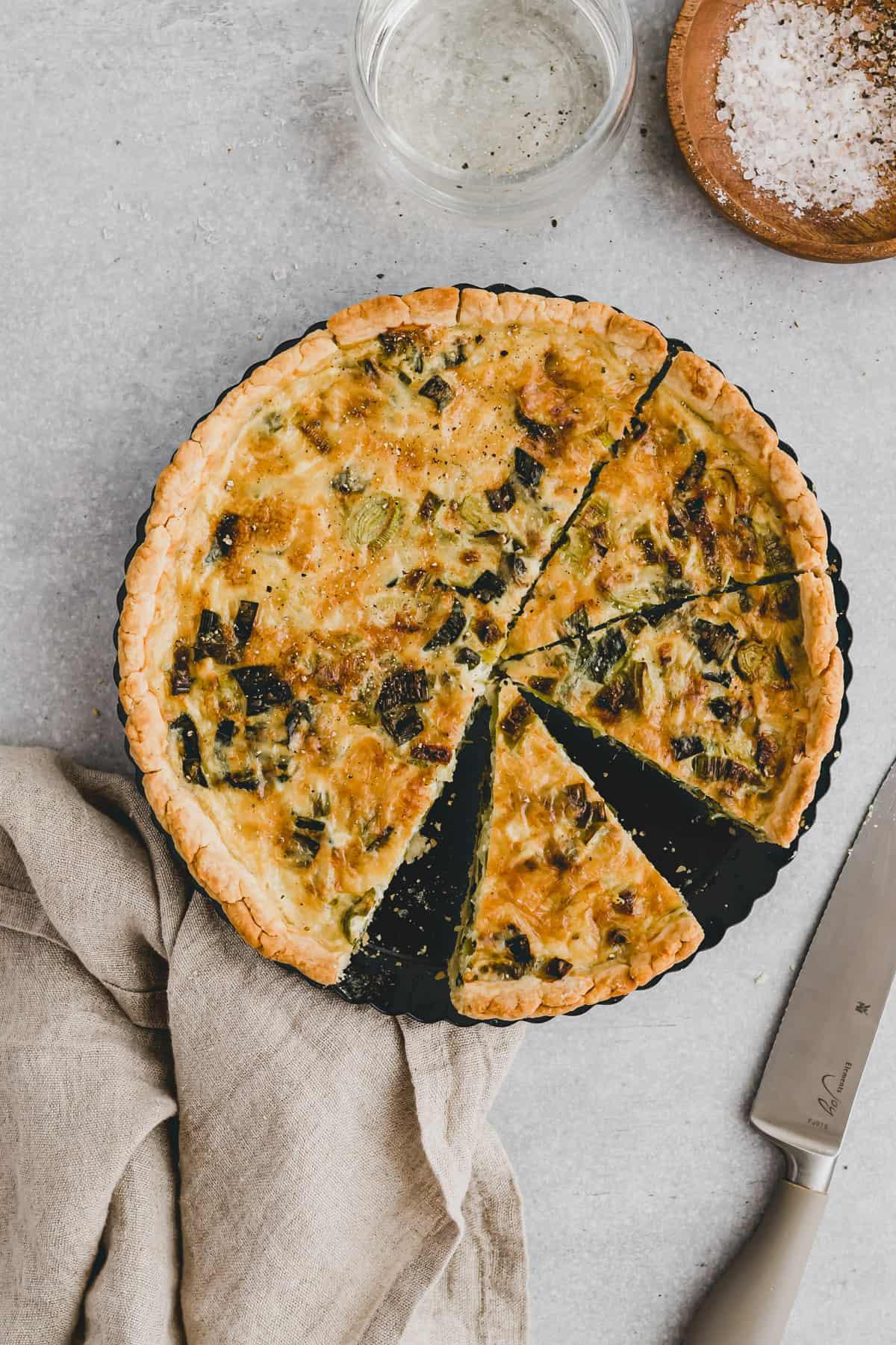 angeschnittene lauchquiche mit käse
