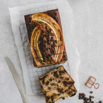 paleo bananenbrot mit schokolade auf einem gitter