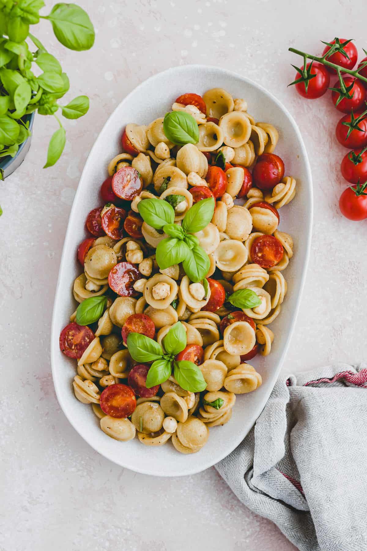 nudelsalat mit mozzarella, basilikum, und cherrytomaten
