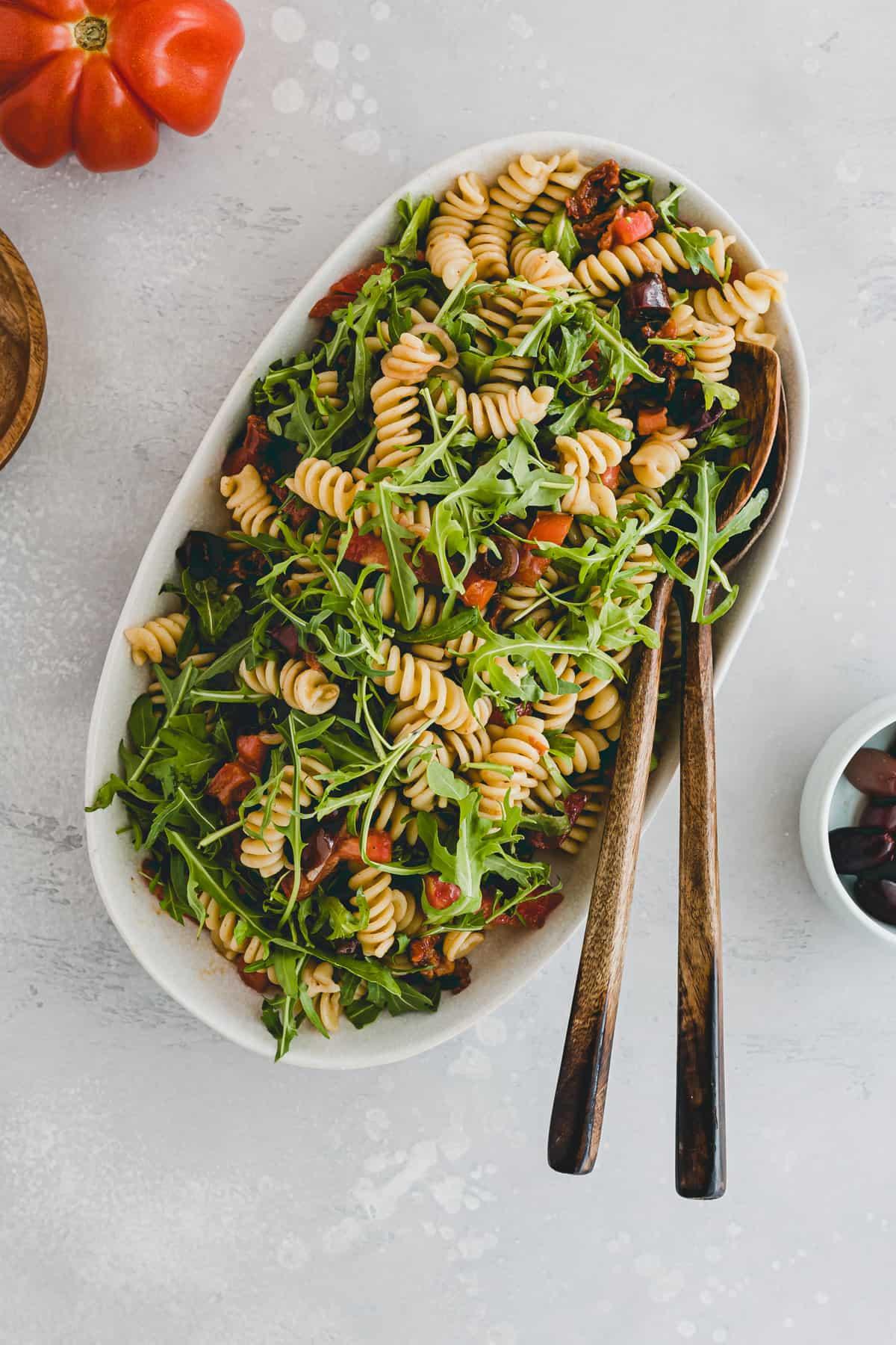 Mediterraner Nudelsalat auf einer salatplatte
