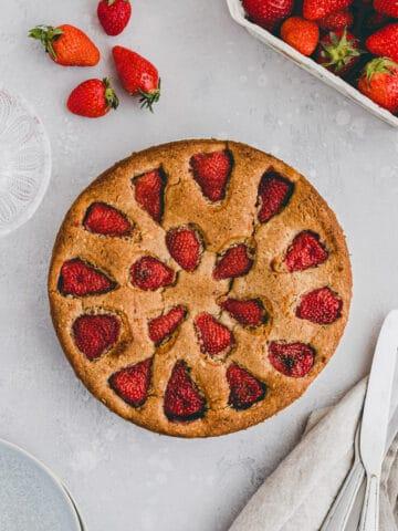 schneller erdbeerkuchen neben frischen erdbeeren