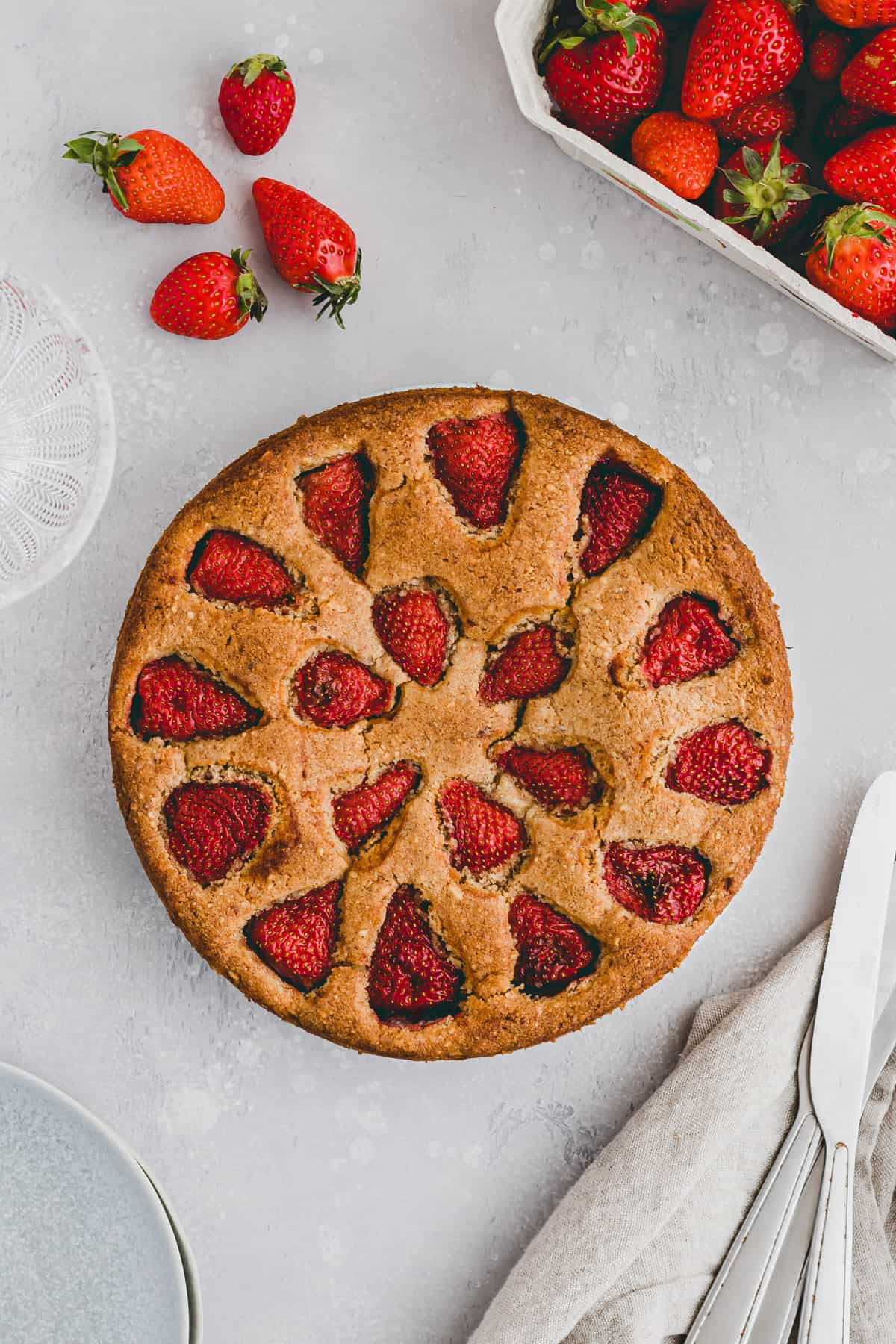 easy strawberry cake next to a few strawberries